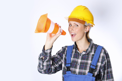 Bauarbeiter mit Pylon
