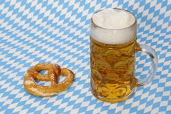 Maß Bier und Brezel zum Oktoberfest