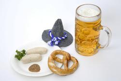 Weißwürste, brezel, Hut und Bier zum Oktoberfest