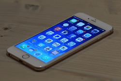 iPhone auf einem Holztisch