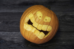 Kürbis zeigt Zähne
