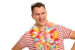 Mann mit Blumenkette