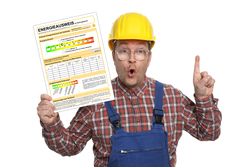 Bauarbeiter mit Energieausweis