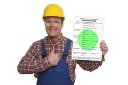 Bauarbeiter mit grünem Baustellenschild