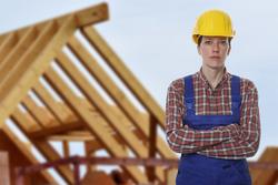 Bauarbeiterin vor Dachstuhl