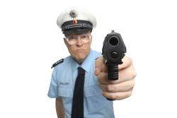 Polizist mit Pistole